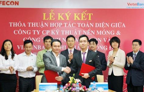 Th.S Phạm Việt Khoa, Chủ tịch HĐQT, Tổng giám đốc FECON và ông Nguyễn Như Dương, Giám đốc VietinBank Đống Đa trao đổi biên bản hợp tác