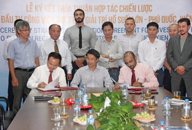 Lễ ký kết có sự chứng kiến của Đại sứ Việt Nam tại UAE – ông Phạm Bình Đàm (hàng trên, ngồi giữa)